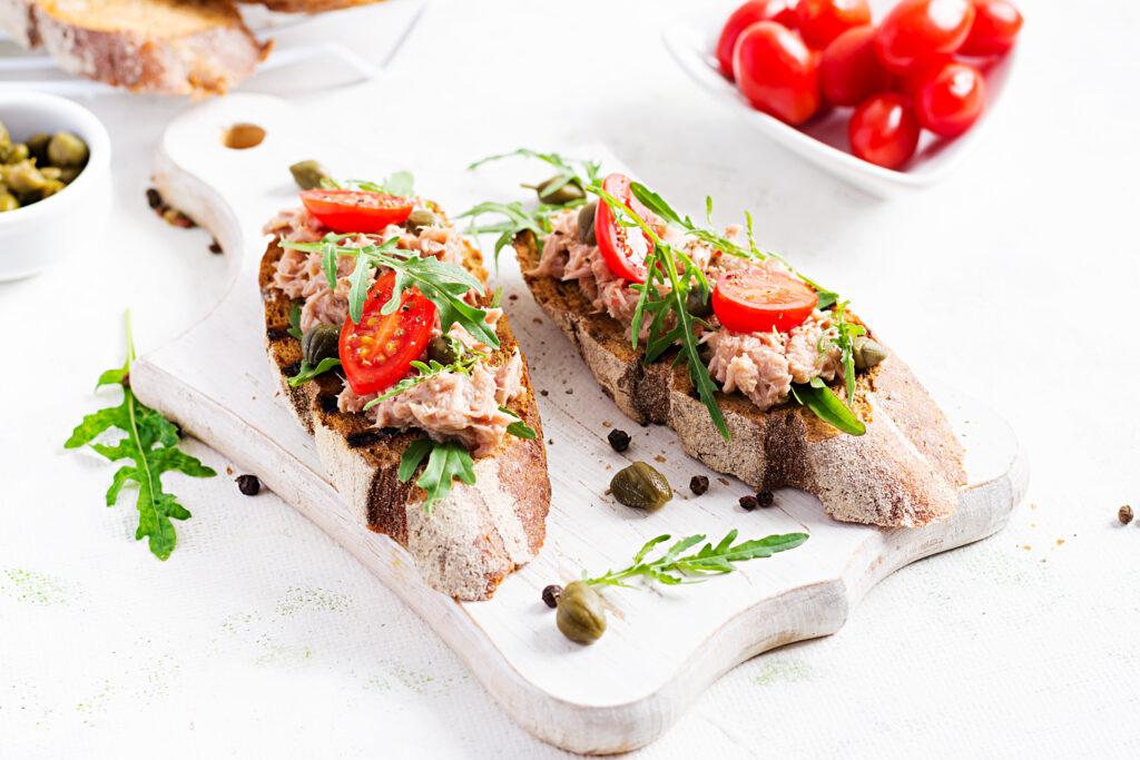 Desayuno gourmet a domicilio tosta de atún